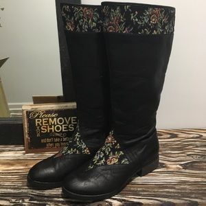 Shoes - Black boots with floral tapestry (8.5)